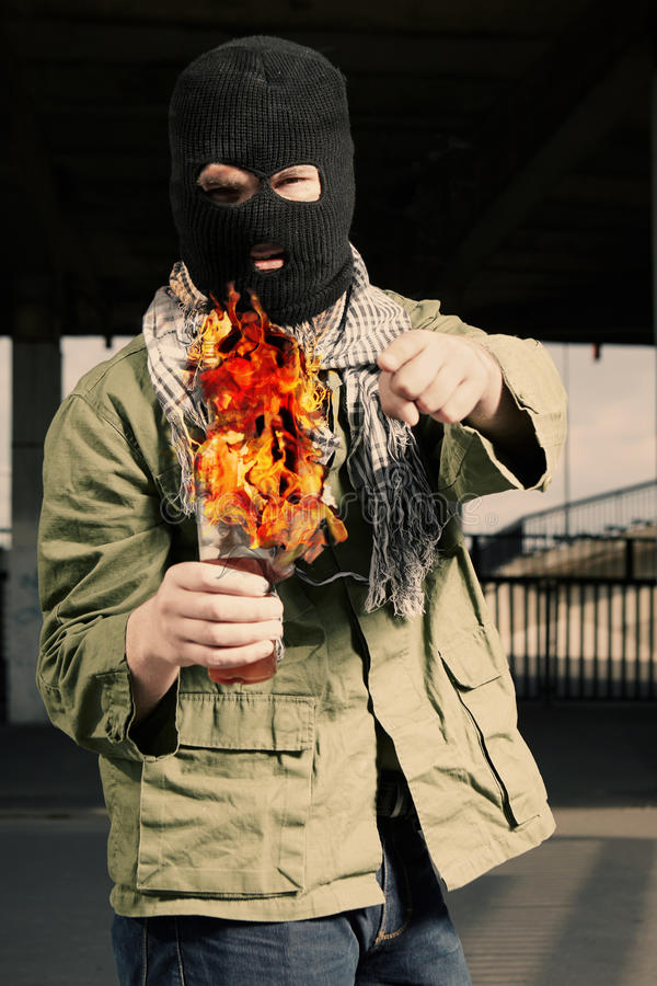 Mężczyzna w mas trzyma flammable butelkę w rękach zdjęcie royalty free