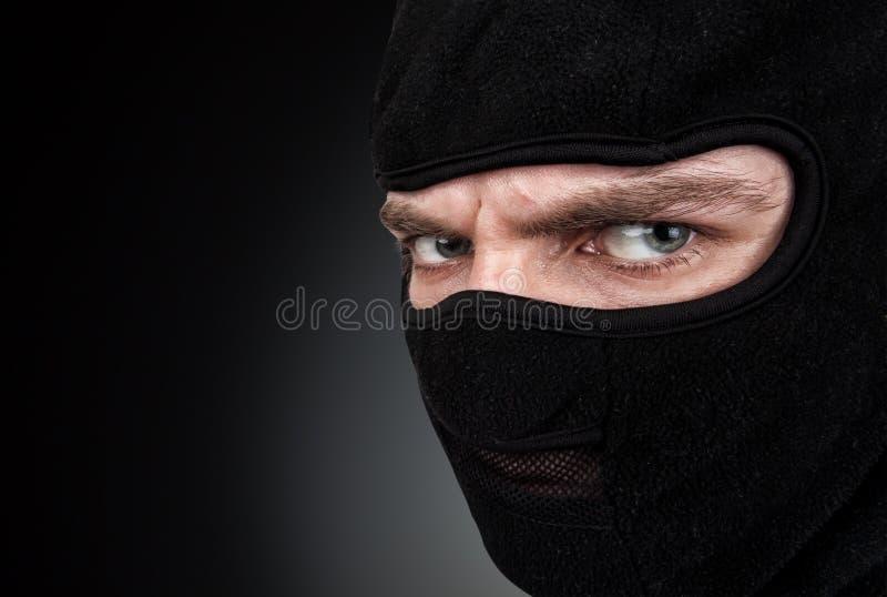 Mężczyzna w masce na czarnym tle zdjęcie stock