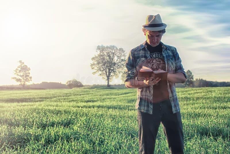 Mężczyzna w naturze z plecakiem i czytającą książką zdjęcie royalty free