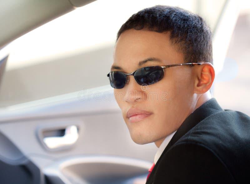 Mężczyzna w okularach przeciwsłonecznych w samochodzie zdjęcia stock