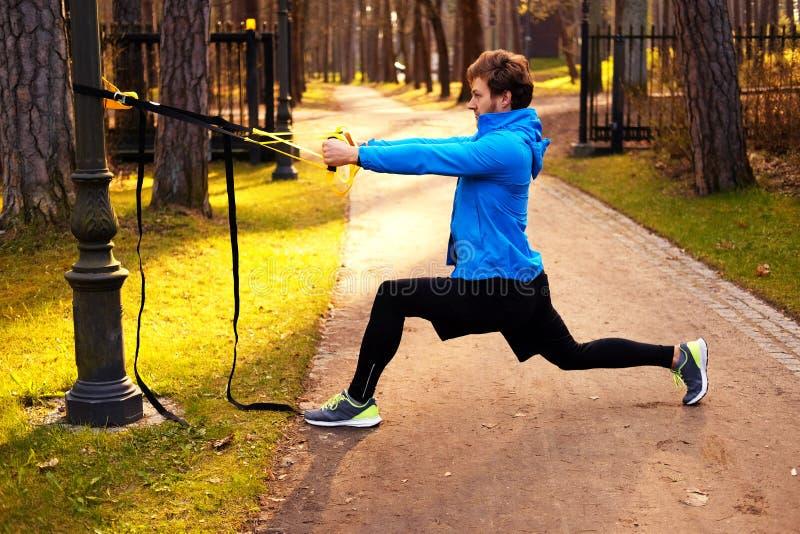 Mężczyzna w parkowym ulepszający jego iść na piechotę elastyczność zdjęcie royalty free