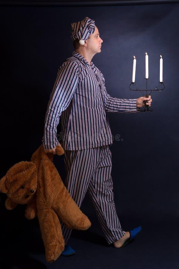 Mężczyzna w piżamach iść sen obraz royalty free