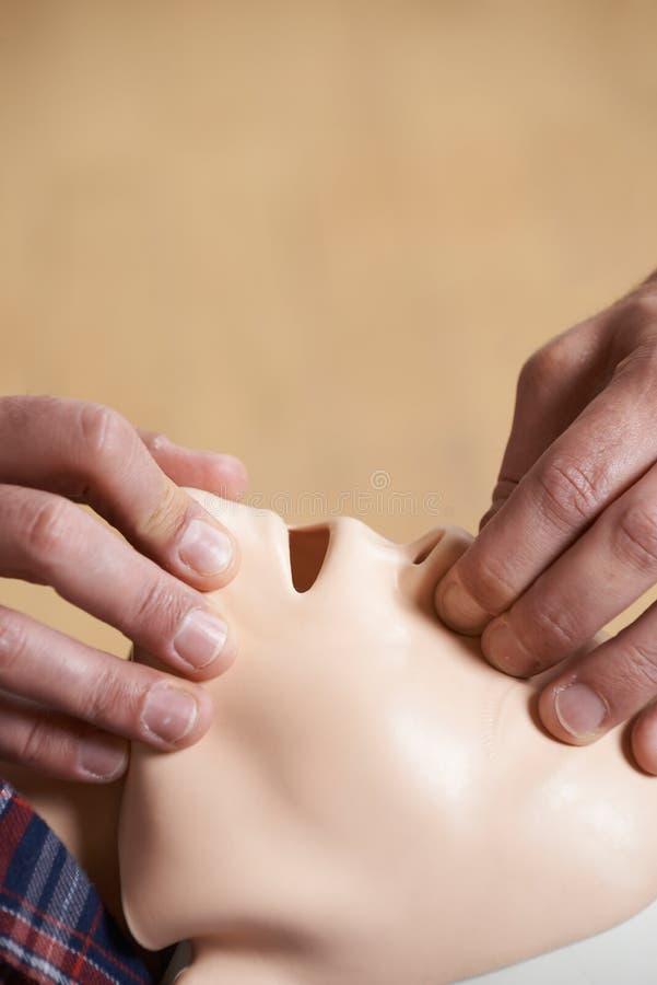 Mężczyzna W pierwszej pomocy klasy spełniania usta usta Resuscitation O obraz royalty free