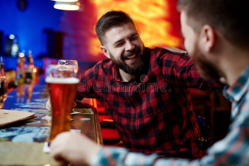 Mężczyzna w pubie zdjęcia stock