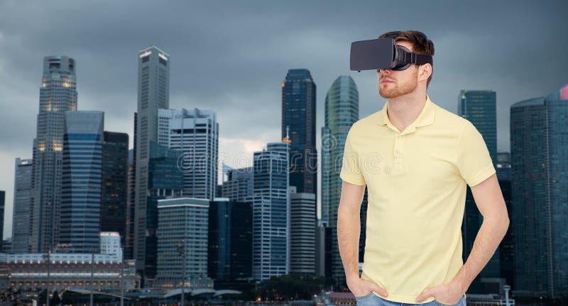 Mężczyzna w rzeczywistości wirtualnej słuchawki lub 3d szkłach obraz stock