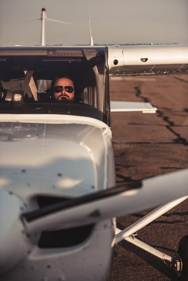 Mężczyzna w samolocie obrazy royalty free