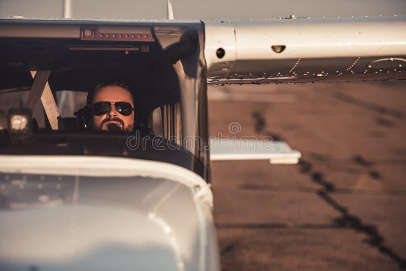 Mężczyzna w samolocie obraz stock