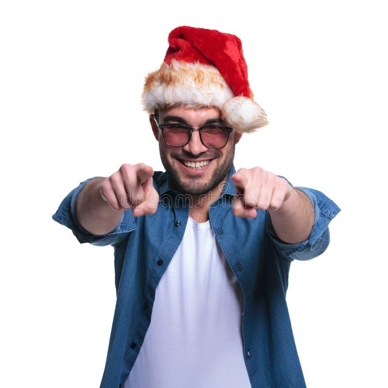Mężczyzna w Santa kapeluszu wskazuje jego palce zdjęcie stock