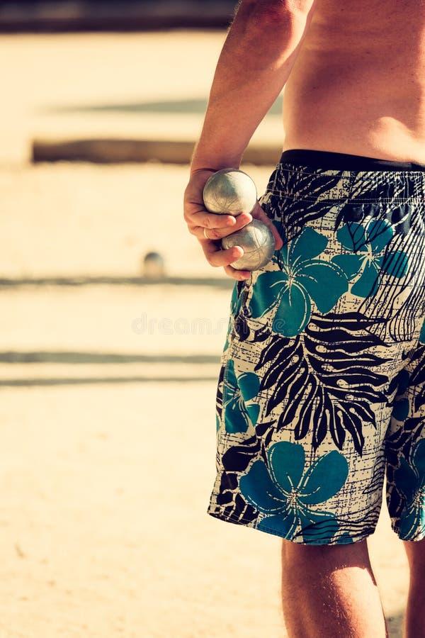 Mężczyzna w skrótach bawić się petanque zdjęcia royalty free