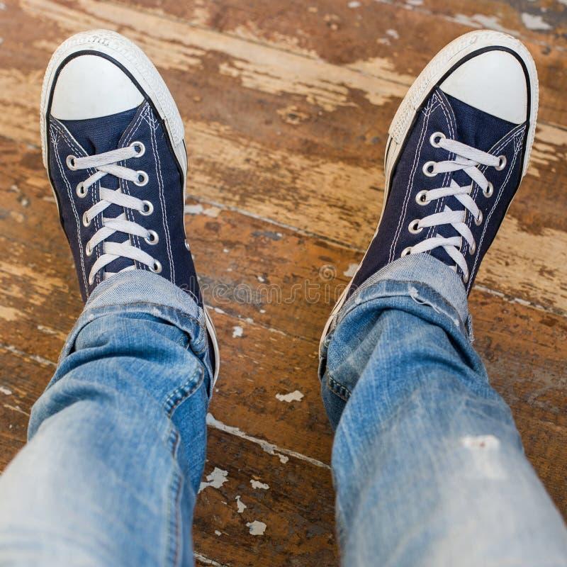 Mężczyzna w sneakers obraz royalty free