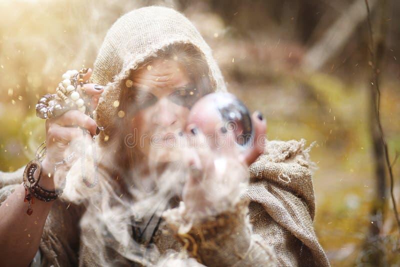 Mężczyzna w sutanna wydaje rytuał w ciemnym lesie obraz royalty free