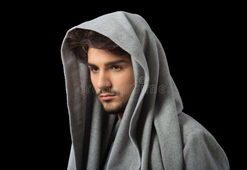 Mężczyzna w szarym cowl szyi hoodie zdjęcie royalty free