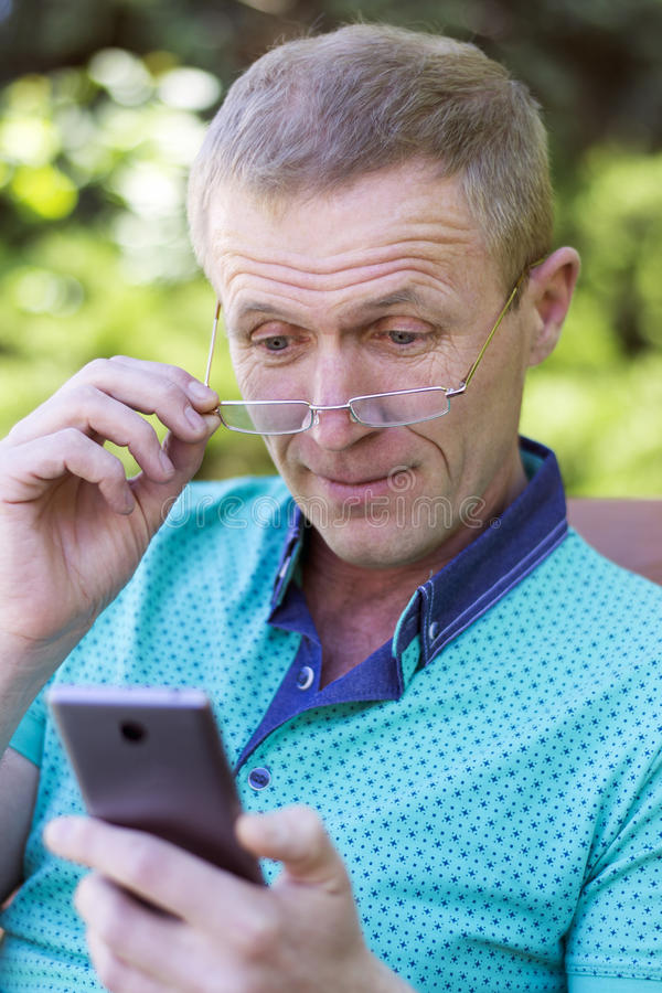 Mężczyzna w szkłach z telefonem obrazy royalty free
