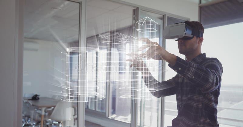 Mężczyzna w VR słuchawki budynku wzruszających interfejsach zdjęcia stock