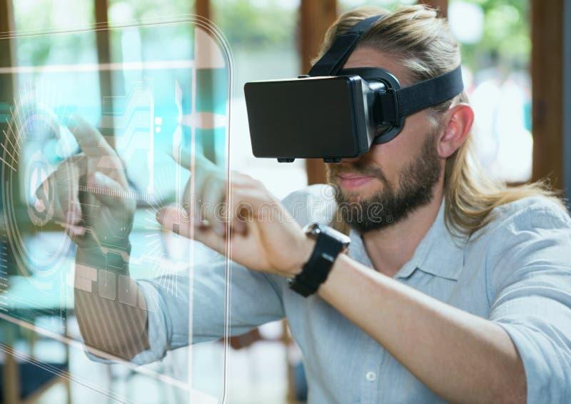 Mężczyzna w VR słuchawki wzruszającym interfejsie fotografia royalty free