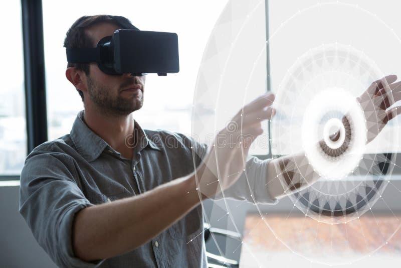Mężczyzna w VR słuchawki wzruszającym interfejsie ilustracja wektor