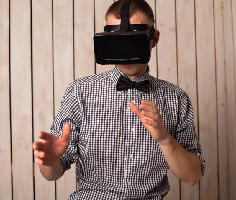 Mężczyzna w VR szkłach zdjęcia stock