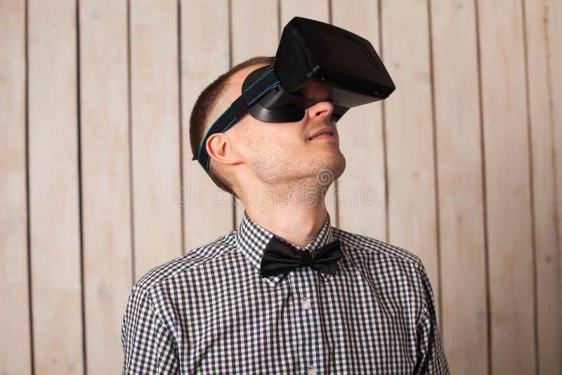 Mężczyzna w VR szkłach obrazy royalty free