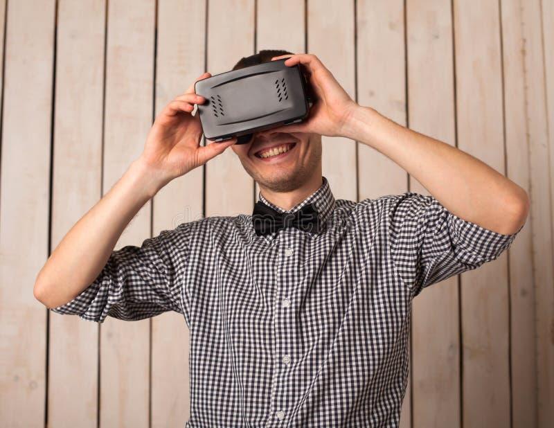 Mężczyzna w VR szkłach zdjęcia royalty free