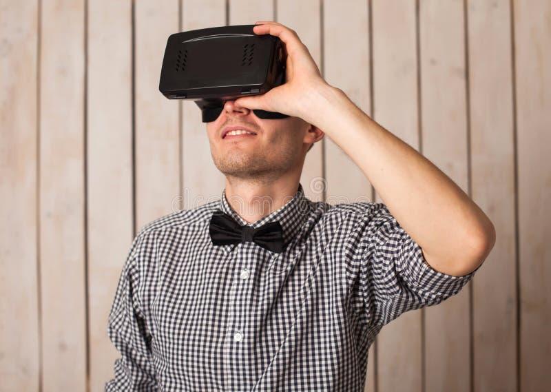 Mężczyzna w VR szkłach zdjęcie royalty free