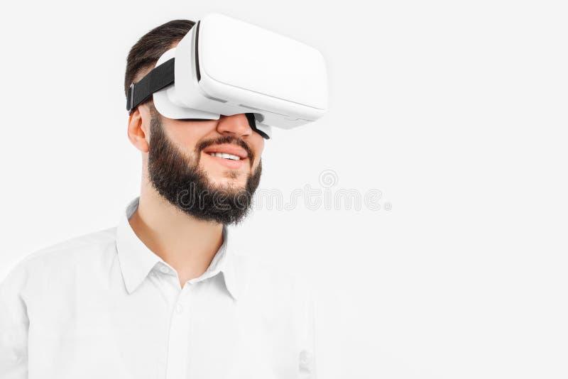 Mężczyzna w wirtualnych szkłach na białym tle, w górę, zdjęcie stock
