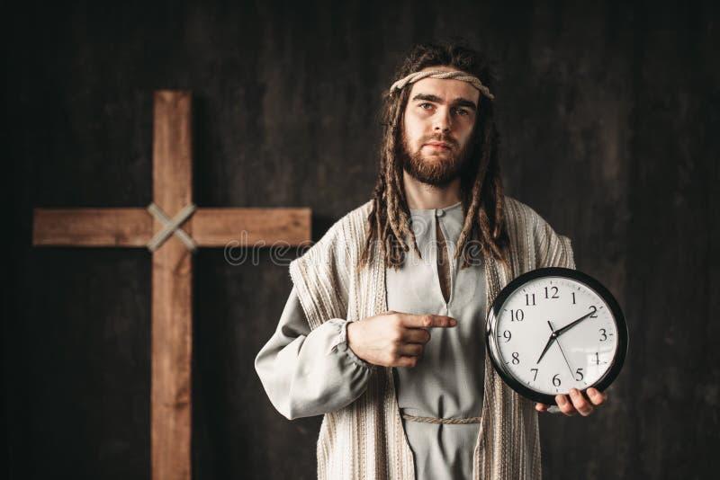 Mężczyzna w wizerunku jezus chrystus pokazuje na zegarze zdjęcia royalty free