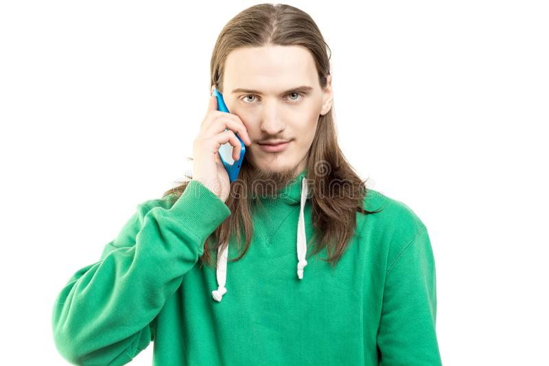 Mężczyzna w zielonym hoodie z telefonem komórkowym odizolowywającym na białym tle zdjęcia stock