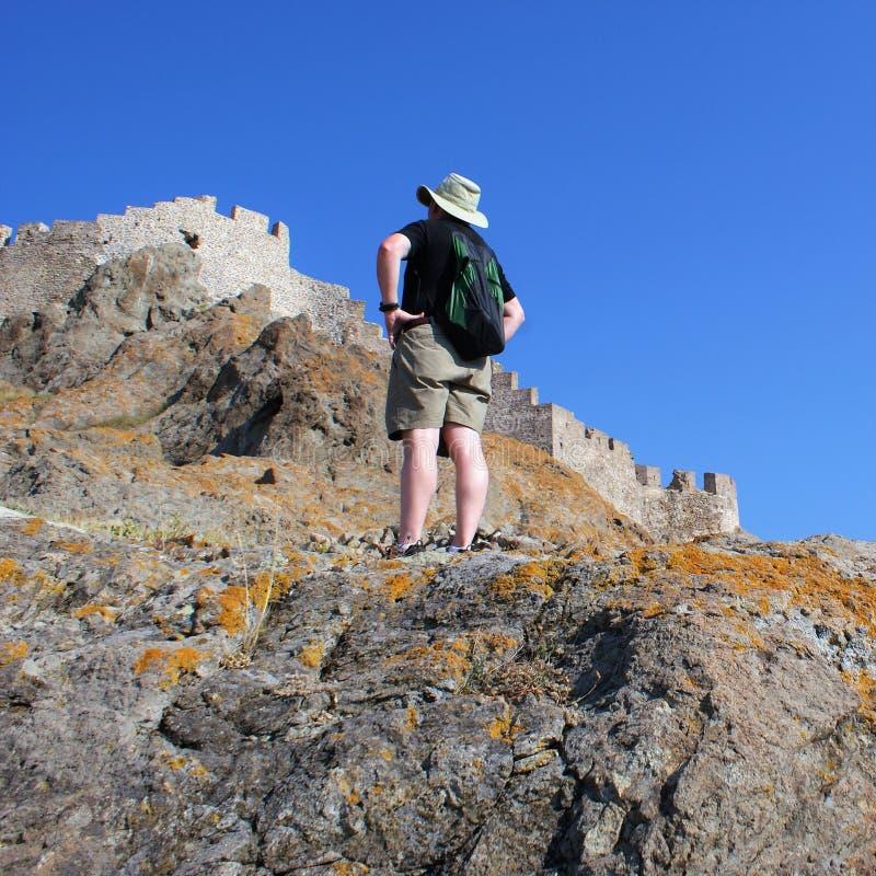 Mężczyzna waży stromych skalistych battlements forteca zdjęcia royalty free