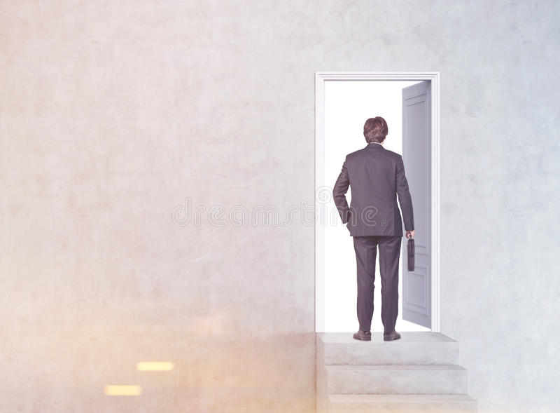 Mężczyzna wchodzić do drzwi, tonującego zdjęcia royalty free