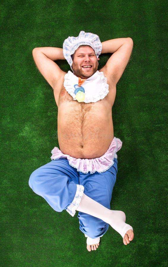 Mężczyzna weared jako dziecko na trawie zdjęcia royalty free