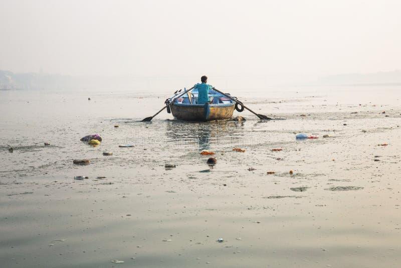 Mężczyzna wiosłuje drewnianą łódź krzyżuje Ganges rzekę w Gosaba, Wes obraz royalty free