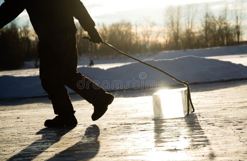 Mężczyzna wlec wielkiego blok piłujący rzeka lód pracownicy minują wielkich sześciany naturalny rzeka lód obraz stock