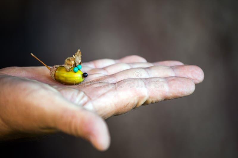 Mężczyzna wręcza acorn myszy postać fotografia stock