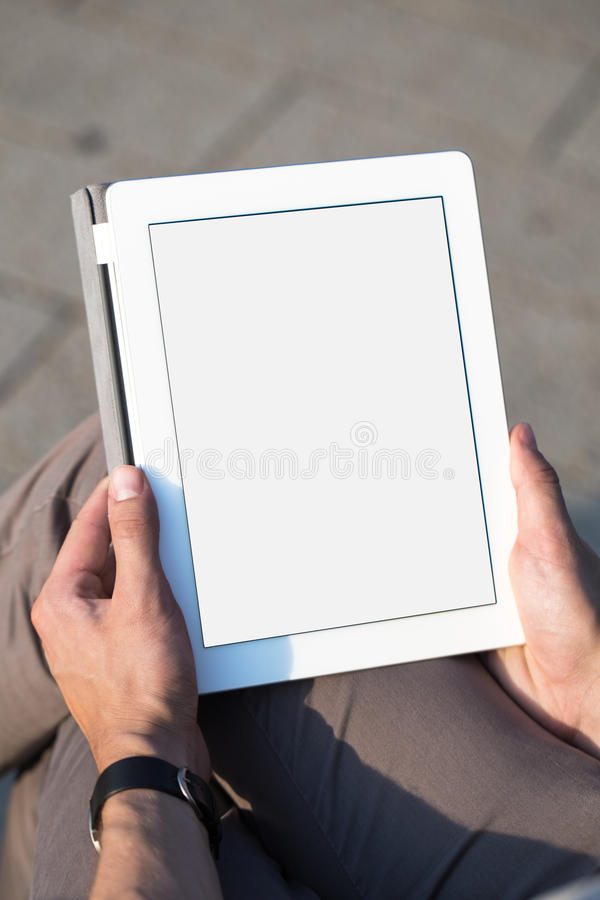 Mężczyzna wręcza mienie pastylki komputer osobistego obrazy royalty free