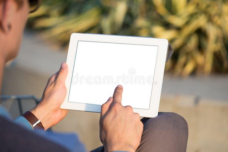 Mężczyzna wręcza mienie pastylki komputer osobistego zdjęcie stock
