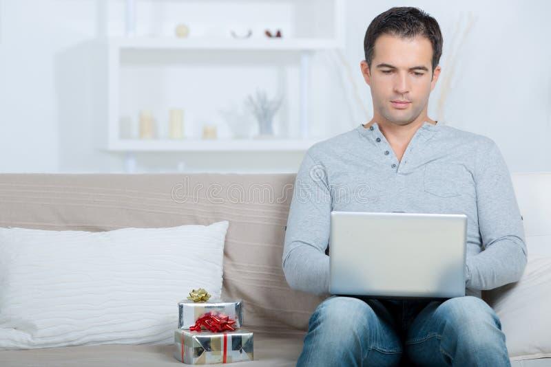 Mężczyzna writing dziękuje ciebie email teraźniejszy zdjęcia stock