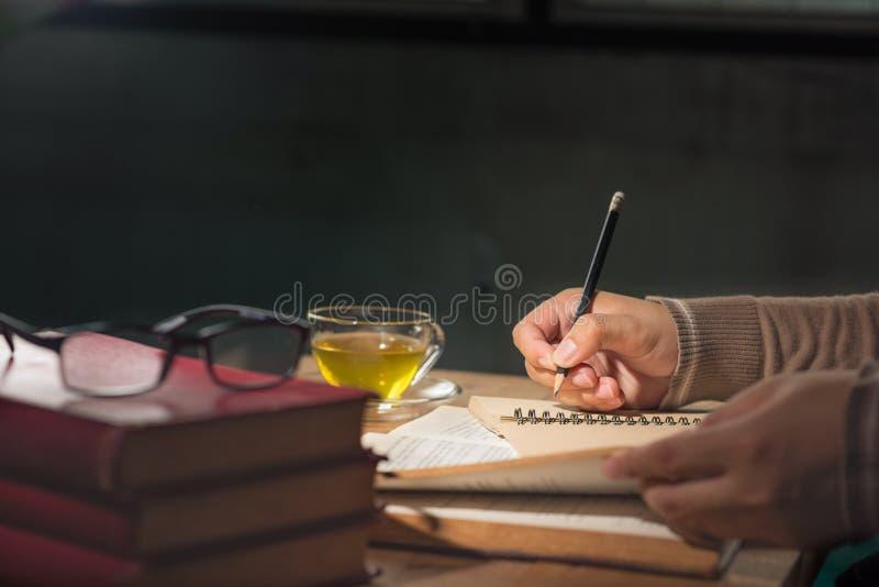 Mężczyzna writing i czytelnicza książka zdjęcia royalty free