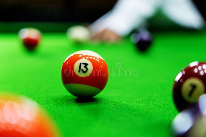 Mężczyzna wskazówka i ręka zbroimy bawić się snooker grę lub przygotowywać celować strzelać basen piłki na zielonym bilardowym st zdjęcia stock