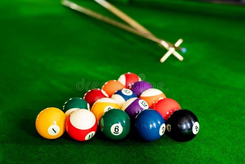 Mężczyzna wskazówka i ręka zbroimy bawić się snooker grę lub przygotowywać celować strzelać basen piłki na zielonym bilardowym st fotografia stock