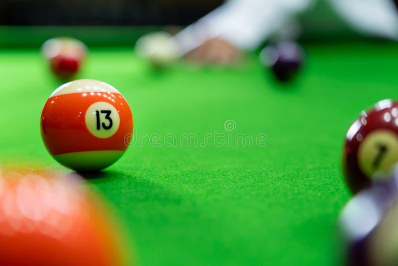 Mężczyzna wskazówka i ręka zbroimy bawić się snooker grę lub przygotowywać celować strzelać basen piłki na zielonym bilardowym st fotografia royalty free