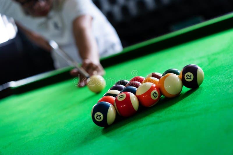 Mężczyzna wskazówka i ręka zbroimy bawić się snooker grę lub przygotowywać celować strzelać basen piłki na zielonym bilardowym st zdjęcie royalty free