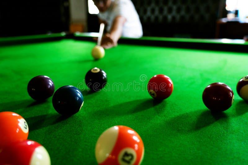 Mężczyzna wskazówka i ręka zbroimy bawić się snooker grę lub przygotowywać celować strzelać basen piłki na zielonym bilardowym st obrazy stock