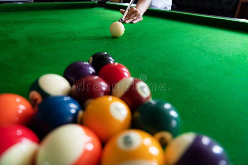 Mężczyzna wskazówka i ręka zbroimy bawić się snooker grę lub przygotowywać celować strzelać basen piłki na zielonym bilardowym st obrazy royalty free