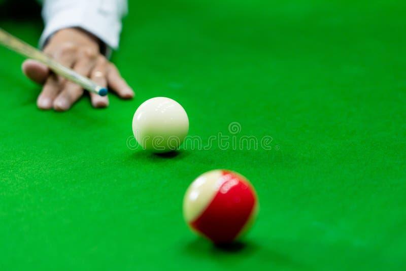 Mężczyzna wskazówka i ręka zbroimy bawić się snooker grę lub przygotowywać celować strzelać basen piłki na zielonym bilardowym st zdjęcia royalty free