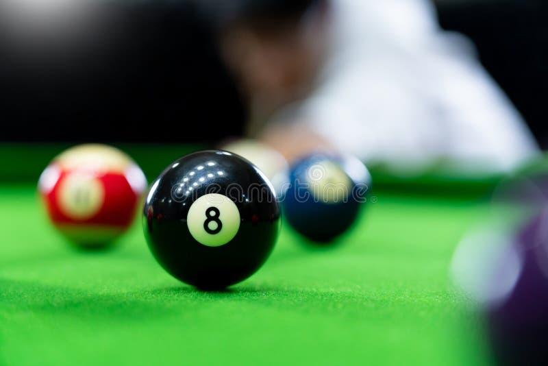 Mężczyzna wskazówka i ręka zbroimy bawić się snooker grę lub przygotowywać celować strzelać basen piłki na zielonym bilardowym st obraz stock