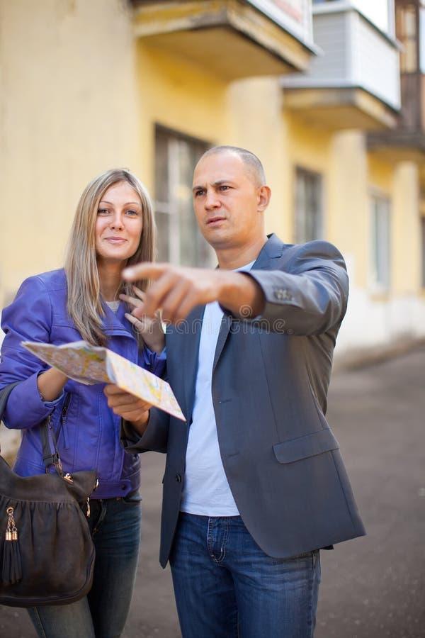 Download Mężczyzna Wskazuje Kierunek Obraz Stock - Obraz złożonej z wpólnie, city: 28965713