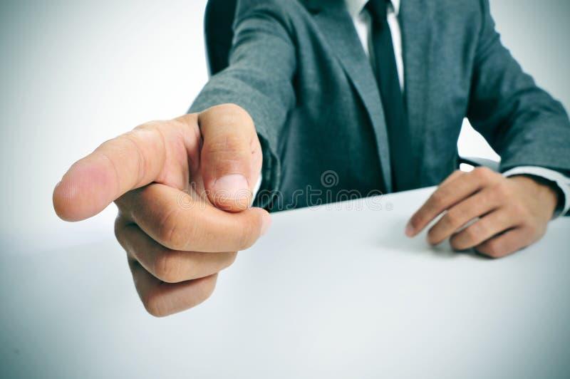 Mężczyzna wskazuje z palcem wyjście w kostiumu zdjęcia stock