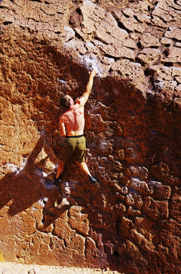 mężczyzna wspinaczkowa skała fotografia stock