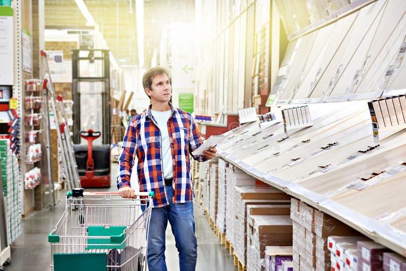 Mężczyzna wybiera floorboard dla domowego odświeżania obrazy royalty free