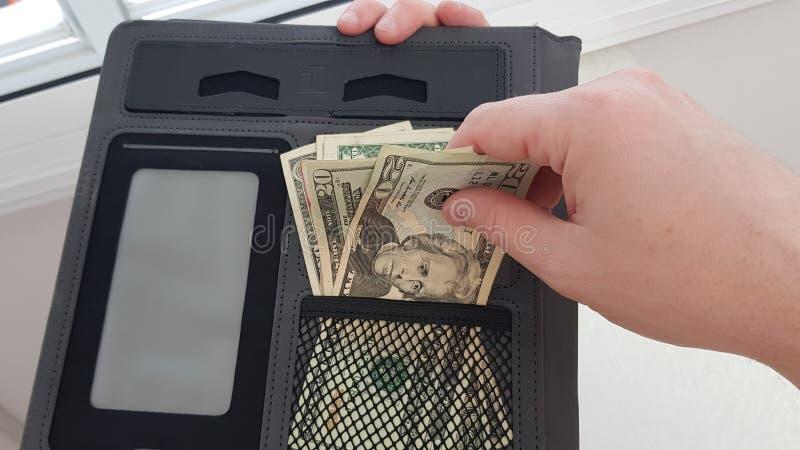 Mężczyzna wyciąga dwadzieścia dolarów rachunków obrazy royalty free